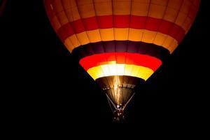 luftballong på natten foto