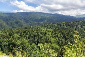 topparna av de kaukasiska bergen på sommaren