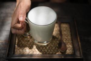 kvinna håller ett glas varm mjölk koppla av foto