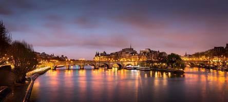 paris ile de la cite och pont neuf vid soluppgången foto