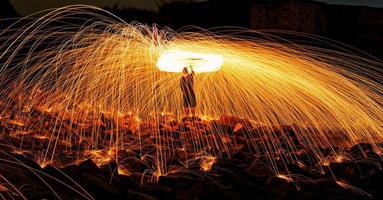 brinnande fyrverkerier i stålull foto