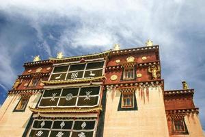 tibetansk kloster, zhongdian, yunnan, porslin foto