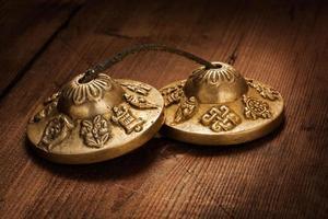 tibetanska buddhistiska tingsha cymbaler foto