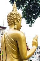tillbaka stående thai gyllene buddha staty