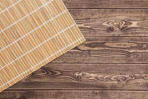 bambuservett på träbord. toppvy foto