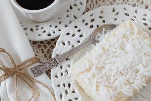 vet couscous (tapioca) pudding (cuscuz doce) med kokosnöt och kaffe foto