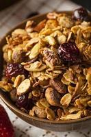 hälsosam hemlagad granola med nötter foto