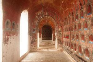 buddha i alkoven är tempelets väggpagod, myanmar. foto