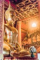 vacker guld- buddha i Thailand foto