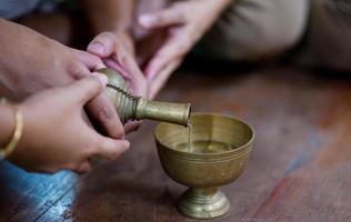 handen häll ceremoniellt vatten foto