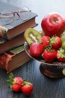frukt och böcker foto