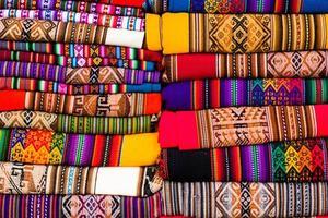 färgrikt tyg på marknaden i Peru, Sydamerika foto