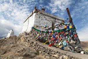 stupa med bönflaggor - leh - ladakh