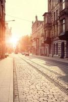 gamla stan i Europa vid solnedgången foto