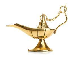 aladdin magisk lampa isolerad på vitt foto