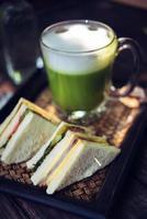 matcha grönt te latte på träbord foto