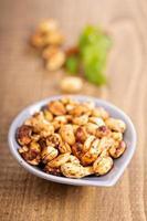 rostade kryddig jordnötter foto