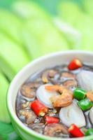 söt fisk sås redo att serveras med mango foto