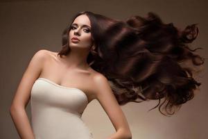 porträtt av vacker kvinna med långt flygande hår. foto