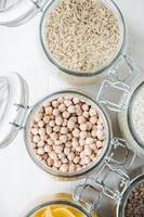 hälsosam mat: ingredienser i skafferi foto