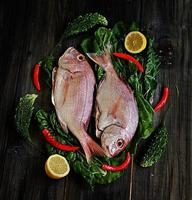färsk fisk med grönsaker foto