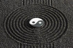 yin och yang symbol i mitten av japansk zen trädgård foto