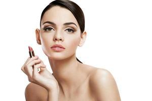 charmig ung kvinna med läppstift foto