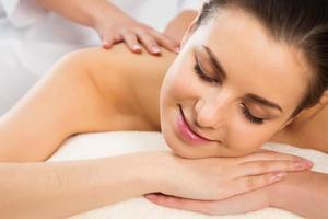 kvinna på hälsosam massage av kroppen foto