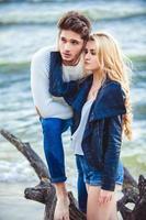 lyckliga par på stranden foto