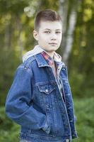 ung pojke som står i parken foto
