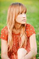 porträtt av charmig tjej med hår foto