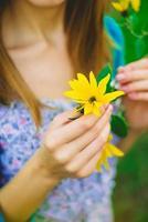 flicka och blomma foto