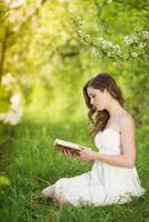 kvinna med bok foto