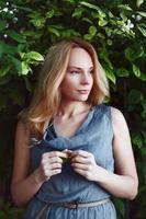 vacker ung kvinna i parken. foto