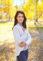vacker le ung kvinna i solig höstdag foto