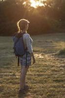 vandrare flicka njuter av solnedgången foto