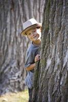 porträtt av en liten pojke som bär hatt