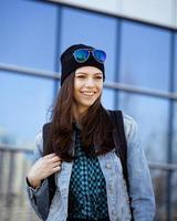 söt brunett tonårsflicka i hatt, student utanför