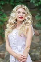 vacker ung blond kvinna