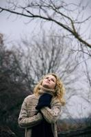 vacker drömmande kvinna står på trädet vid träsket foto