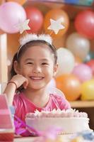 porträtt av födelsedag flicka foto