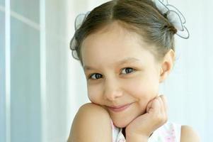porträtt av vacker liten flicka foto