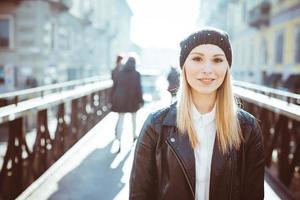 ung vacker blond rak kvinna foto