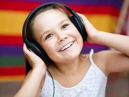tjej njuter av musik med hörlurar foto