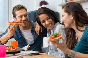 vänner som äter bruschetta foto