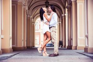 lyckliga vackra par som har kul i den europeiska staden