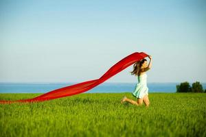 ung glad kvinna i vetefält med tyg. sommar livsstil foto