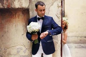 brudgummen väntar på bruden foto