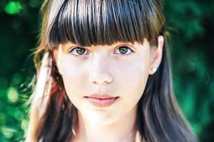 porträtt av en flicka i parken foto
