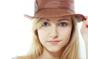 vacker flicka i hatt isolerad foto